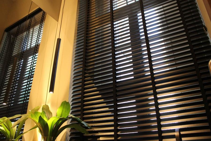 """Persiana Horizontal de Madeira 50mm, Coleção Bamboo com acabamento fita 25mm na cor preta. O modelo na cor """"All Black"""" deixa o ambiente com ainda mais personalidade"""